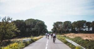 Grupo de ciclistas en un tour